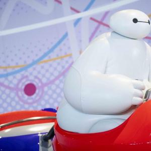 ベイマックスじゃなかった!?TDLランド新アトラクション初公開画像の彼は「そっくりな白いケア・ロボット」【だってTDRが好きっ!】
