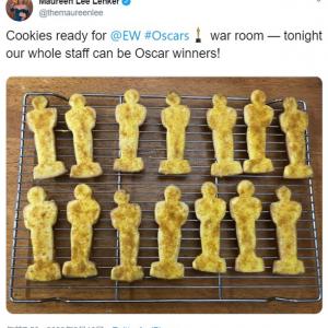 自宅で第92回アカデミー賞の授賞式を見ながら思い思いにオスカー・パーティーを楽しむ人々