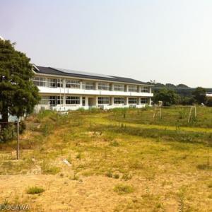 原発20キロ圏内、草が生い茂る校庭の中にサッカーゴールがぽつんとたっていた――浪江町立大堀小学校