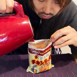 検証:チキンラーメンの袋に直接熱湯を注いで食べてみた結果