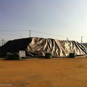 【原発事故、誰もいない町】校庭が汚染物質の仮置き場になった――福島県双葉郡富岡第二小学校、第二中学校
