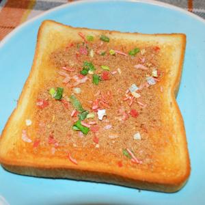 """これぞジャンクめしの最高峰! ごま油をかけたトーストに「チャーハンの素」をぶっかけて作る""""チャーパン""""が激ウマ!"""