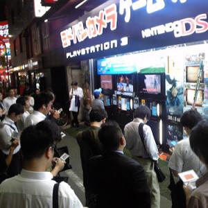『ドラクエIX』効果でヨドバシ店舗前がオトナの社交場に! ヨドバシ「ノーコメント」