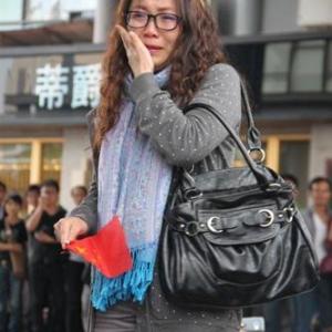 【中国】真偽のほどは? 「反日デモに参加したあとで駐車していた自分の日産車が打ち壊されているのに気付いた女性」という画像