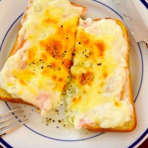 カフェで人気のメニュー「クロックムッシュ」が作れるレシピが話題「チーズのくぼみに卵入れて焼くとクロックマダムに」