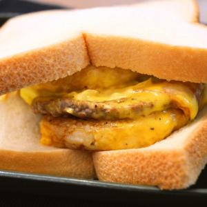 マックのごはんバーガーをパンで挟んだら奇跡が起きた!「超肉厚のハンバーグを食べていると錯覚する食感」