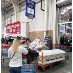 「そんなに買い占めてどうするの?」と聞きたくなるような品々を買い溜めするアメリカ人たち なぜ棺を買う?