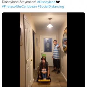 """本物のディズニーランドは閉鎖されているので代わりに""""在宅ディズニーランド""""始めました 「ディズニーランドはこの家族に年間パスポートをプレゼントしないと」"""