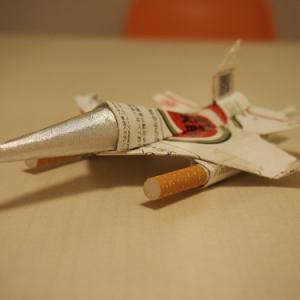 お父さん必見! タバコの空き箱1つで作れる戦闘機をわかりやすく紹介