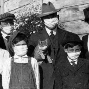 約100年前に大流行したスペイン風邪、その当時撮影された家族写真をよく見ると・・・