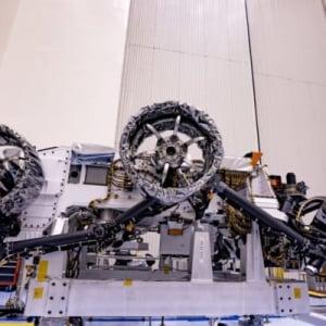 NASAの火星ローバー「パーセベランス」車輪とパラシュート装着完了