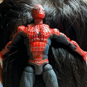 マスクの留め具にスパイダーマンを使ったら映画の名シーンを完全再現!「スパイダーマンで一番好きなシーンだ!」