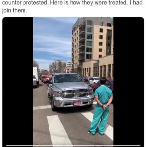 米コロラドの都市封鎖(ロックダウン)抗議デモに立ちふさがる医療従事者 「天安門で戦車に立ちふさがった人みたいだ」