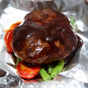 絶品ハンバーグのひき肉は冷やしながらこねる!『つばめグリル』の総料理長が教えるハンバーグを実際に作ってみた