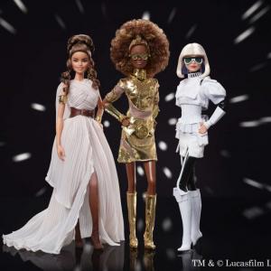 「C-3POの特徴的な目はメガネで表現」衣装・メイクのアイデアが素晴らしい! 『バービー / スター・ウォーズ』