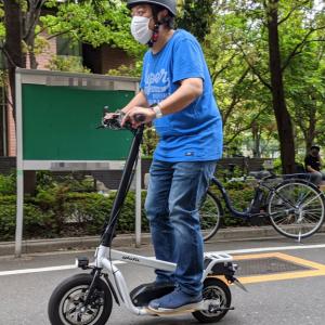 glafitの立ち乗り電動バイク「X-SCOOTER LOM」に乗ってみた 公道の移動が新しい体験になるパーソナルモビリティ