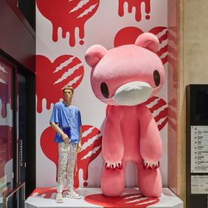 祝20周年!『いたずらぐまのグル~ミ~』巨大ピンクくまがマスク姿で有楽町に出現!!