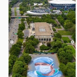 新型コロナウイルスで亡くなった医療従事者を追悼する巨大肖像画が出現