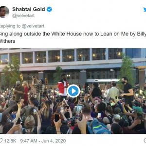 抗議デモ参加者たちがホワイトハウス付近で名曲「リーン・オン・ミー(Lean on Me)」を大合唱