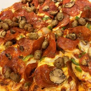 ドミノ・ピザが「お持ち帰り半額」を開始へ! テイクアウトなら1枚でも何枚でも半額