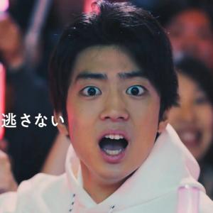 「小坂ちゃーん!」伊藤健太郎が日向坂46のライブに参戦! 新CMでペンライト両手に笑顔