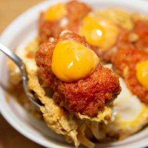 マクド「辛ナゲット」で卵とじ丼! ハラペーニョチーズソースが激ウマ