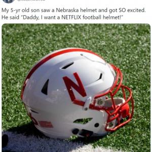 ネブラスカ大学のアメフトヘルメットを見た5才の男の子 「パパ、あのNetflixのヘルメットが欲しいよ」