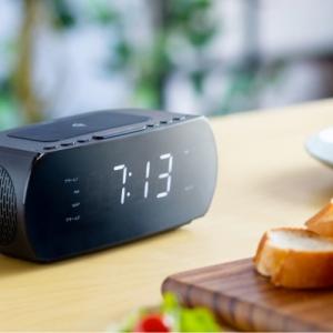 サンワサプライ、デジタル時計・アラーム・FMラジオ付きの多機能ワイヤレス充電器「400-WT001」を発売
