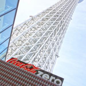 イカす! 『コカ・コーラ ゼロ』と『007 スカイフォール』のコラボイベントでスカイツリーのふもとに巨大オブジェが出現 イベントは今日明日開催