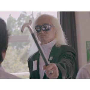 内田裕也が「スニッカーズ」CMに出演!意味不明な行動をとる男子学生に!?