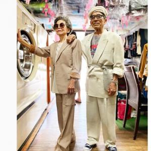 台湾でクリーニング店を営む80代夫婦が話題 客が放棄・廃棄した洋服を着てポーズをとったら大ウケ