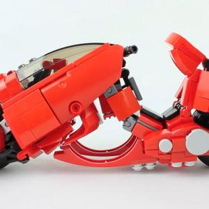 ピーキーすぎる? LEGOで作った「AKIRA」金田のバイク変形ロボやばい