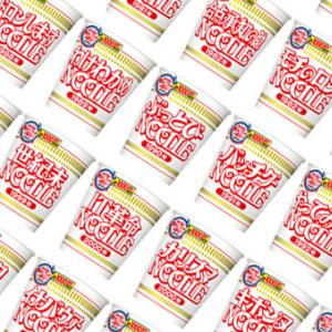 日清の本気(狂気?)が垣間見える⁉ ナウい懐かしワード60種類を載せたカップヌードルの記念パッケージ