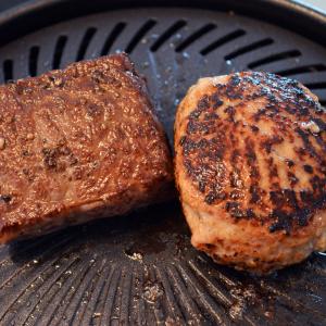 スモークレス焼肉グリル「やきまる」と格之進の黒毛和牛のセット販売がスタート! 自宅でも高級熟成肉を完璧に焼き上げられる