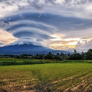 あまりにも凄まじい迫力!富士山に発生した巨大な「吊るし雲」が話題に!