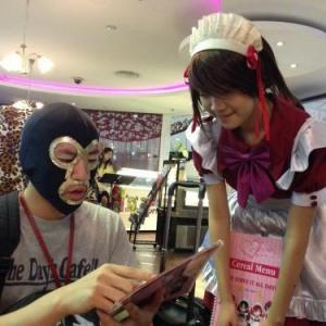 (動画)シンガポールのメイド喫茶も萌え萌えで可愛い! なぜか店内でバンド演奏