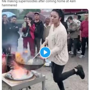 中国には圧倒的火力と踊りで魅了する中華鍋ダンサーが存在していた 「中華鍋が飛んでいきそうで怖いな」「観衆が冷静すぎない!?」