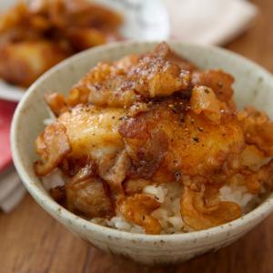 餅で飯を食らう大罪レシピ「豚バラと餅をオンザライス」がネットで反響「やってはいけない沼めし」「追いバターで罪を重ねます」