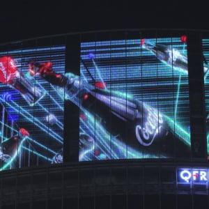 """渋谷スクランブル交差点に""""宙に浮かぶコカ・コーラ""""が出現!? 映像と照明の演出が楽しい「渋谷コークビジョン」"""