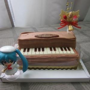 【ネギマガ】ファミマ限定の初音ミク『ねんどろいどぷち』付きのクリスマスピアノケーキを買ってきた ラズベリーがうめぇ!