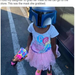 「出かけるからマスク着けなさい」と言われマンダロリアンになった少女 「頭のてっぺんから足のつま先まで彼女の圧勝」「ヘルメットの下に普通のマスクも着けてるんだね」