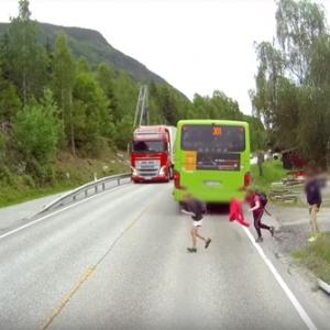 バスの直前直後の道路横断は本当に危険な事がよくわかる映像に思わず声が出ちゃう!