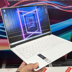 レノボが軽量・堅牢なホワイトカーボン素材のウルトラスリムノートPC「Yoga Slim 750i Carbon」と13インチの「Yoga Slim 750i」を発表
