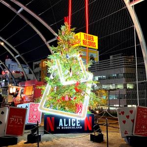 『今際の国のアリス』が渋谷をジャック中? 巨大ポスター・クリスマスツリー・スタンプラリー……世界観を満喫出来る企画が盛りだくさん