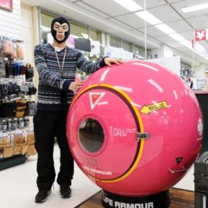【店頭レビュー】「これ実際に売ってるの?! 」ファミリー向け津波用シェルター&超強力軍用サーチライト