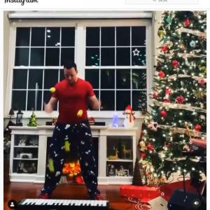 「誰も真似できない目と手の連携」「ボール使いの神」 ジャグリングでクリスマスソングの定番曲を演奏する男性