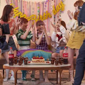 メイキング画像たっぷり! NiziUが「コカ・コーラ」新CMに出演