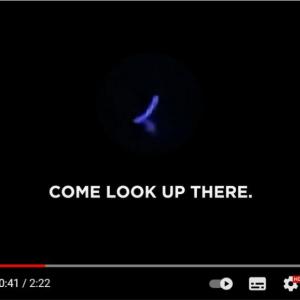 青く発光する未確認飛行物体が年末のハワイで目撃される 「100%UFOだね」「ナスの絵文字にしか見えないけど」