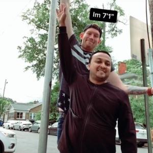 身長7フィート1インチ(約2メートル15センチ)の人限定あるある 「椅子を探すのが超大変」「ランボルギーニには乗れない」