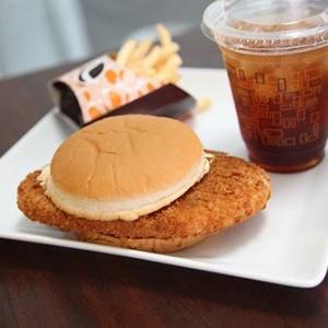 ロッテリアの規格外サイズ『はみだしエビバーガー』を食べてみたよ! ※商品の性質上はみ出す恐れがございます